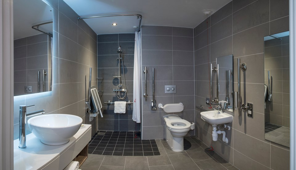 HGI Manchester_Accessible Bathroom_Wide_S.jpg
